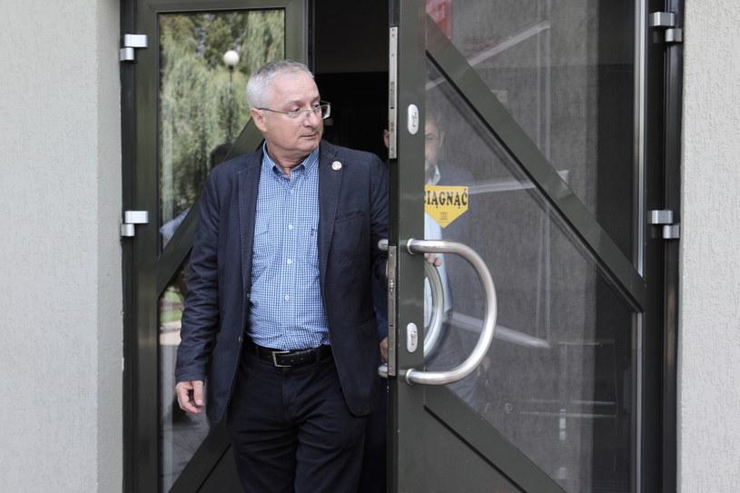 Były szef ABW gen. Krzysztof Bondaryk wychodzi z Prokuratury Regionalnej w Białymstoku /Artur Reszko /PAP