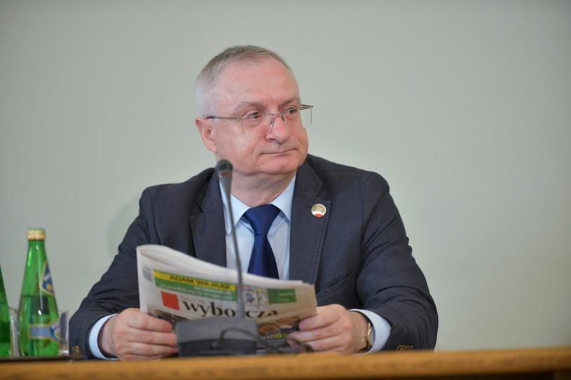 Były szef Agencji Bezpieczeństwa Wewnętrznego Krzysztof Bondaryk podczas przesłuchania przez sejmową komisję śledczą ds. Amber Gold / Marcin Obara  /PAP