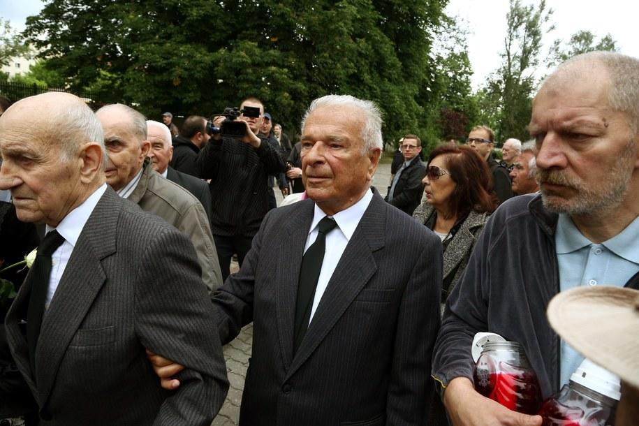 Były szef MSW Czesław Kiszczak (2P) podczas uroczystości pogrzebowych generała Wojciecha Jaruzelskiego na wojskowych Powązkach /Tomasz Gzell /PAP
