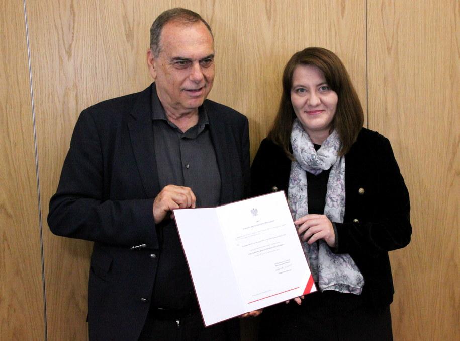 Były szkoleniowiec Chelsea Londyn Avram Grant (L) odebrał z rąk pani konsul Renaty Wasilewskiej-Mazur (P) polski paszport w konsulacie RP w Londynie /PAP/Konrad Jagodziński /PAP