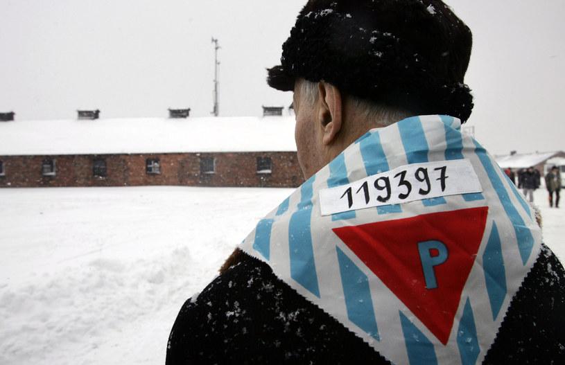 Były więzień na terenie byłego obozu Auschwitz /DIMITAR DILKOFF /AFP
