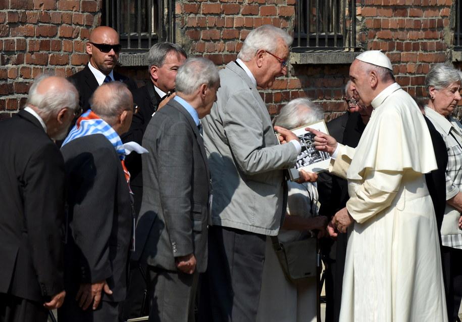 Były więzień Naftali Fuerst wita się z papieżem Franciszkiem /Radek Pietruszka /PAP