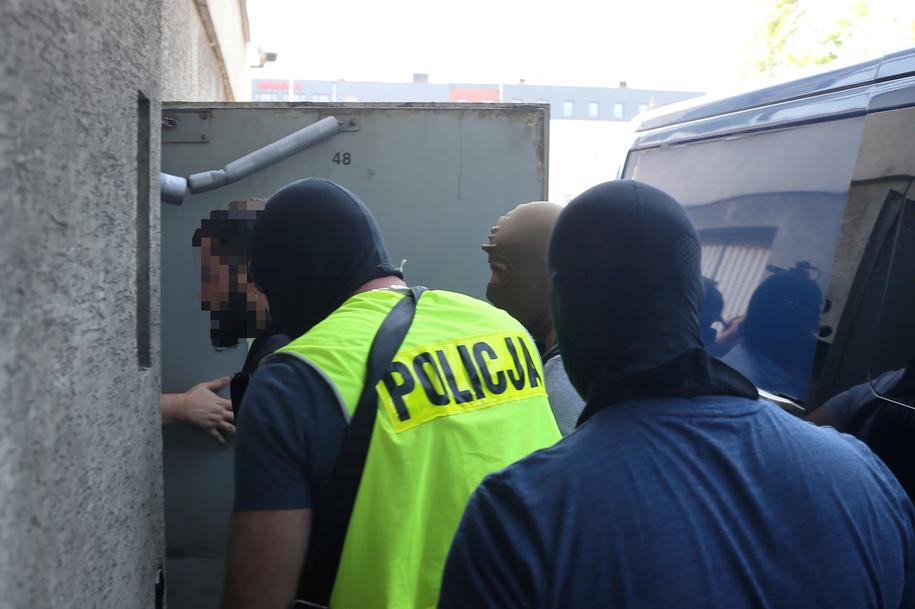 Były zawodnik MMA Mamed Ch. przed wejściem na przesłuchanie / Andrzej Grygiel    /PAP