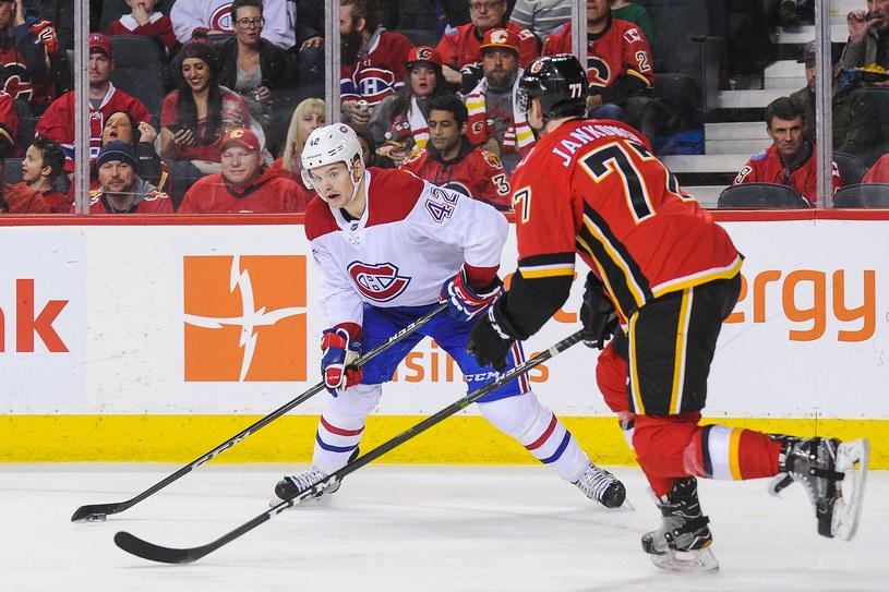 Byron Froese z Montreal Canadiens kontra Mark Jankowski #77 z Calgary Flames. /AFP