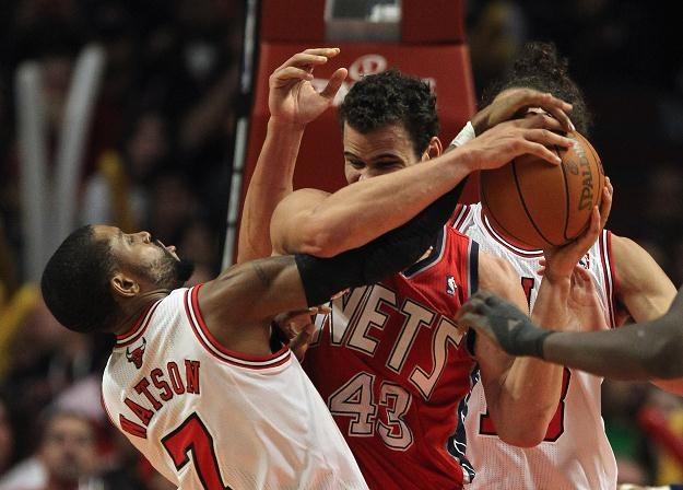 C.J. Watson #7 z Chicago Bulls walczy z Krisem Humphries #43 z New Jersey Nets. /AFP