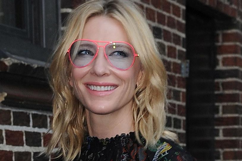 CAate Blanchett ma pociągłą twarz, więc awiatory to najlepszy dla niej model okularów. Jasne szkła i delikatne oprawy podkreślają subtelną urodę blondynki. /East News
