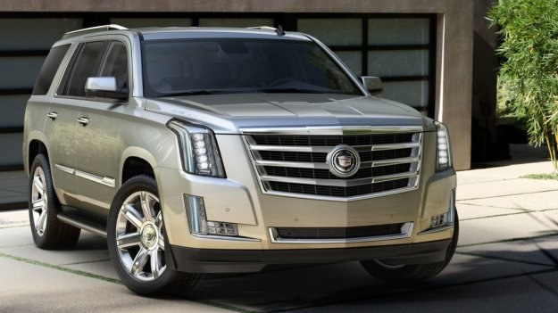 Cadillac Escalade porusza się na 20- lub 22-calowych obręczach. W pełni LED-owe reflektory należą do seryjnego wyposażenia nowego modelu. /Cadillac