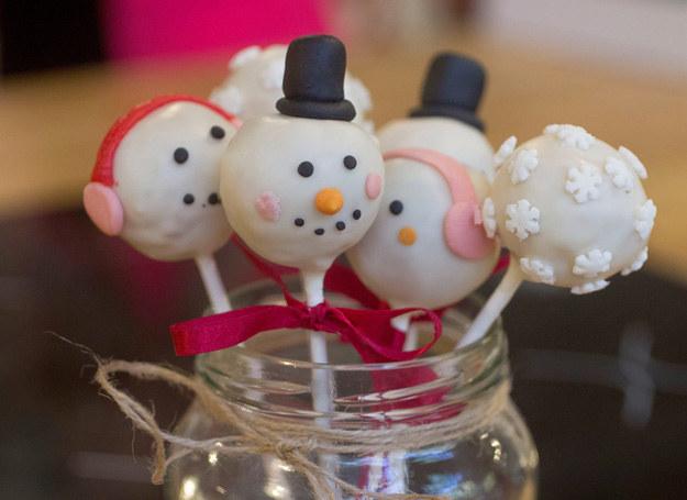 Cake pops wyglądają pięknie na świątecznym stole. /materiały prasowe