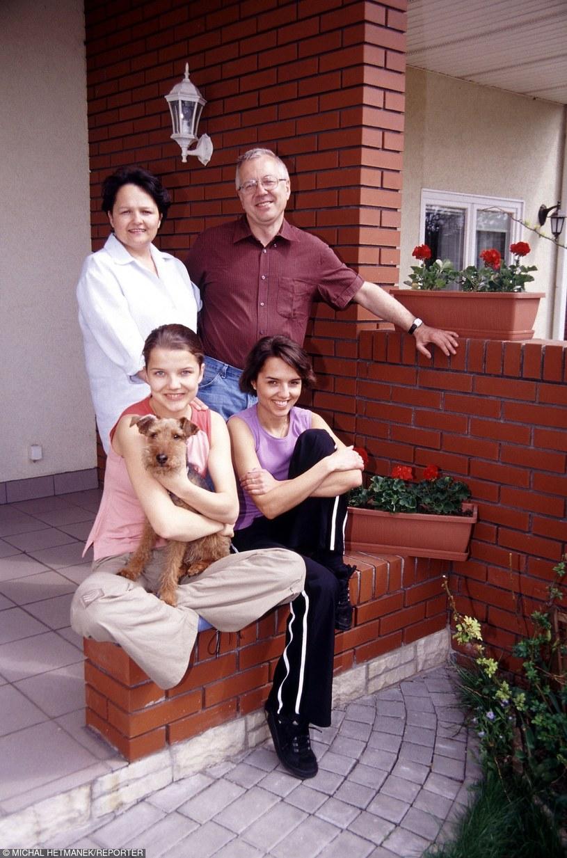 Cała rodzina jeszcze w komplecie: Joanna Jabłczyńska z mamą, siostrą i ojcem /Michał Hetmanek /Reporter