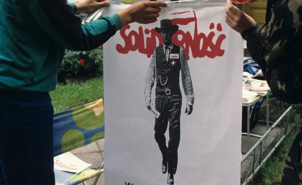 Cała Warszawa w plakatach z Garym Cooperem! Kim jest autor projektu?