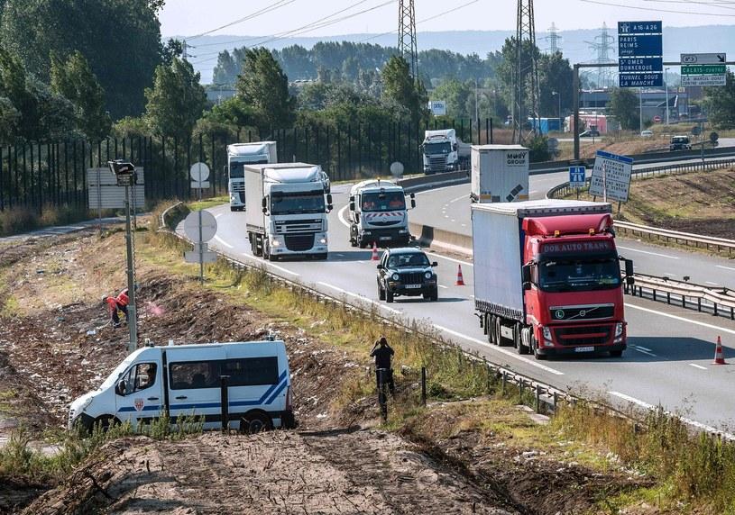 Calais, północna Francja. Migranci próbują dostać się do Wielkiej Brytanii. /PHILIPPE HUGUEN/PH  /AFP