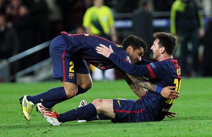Całkiem zasłużone gratulacje od Daniego Alvesa dla Lionela Messiego. /AFP