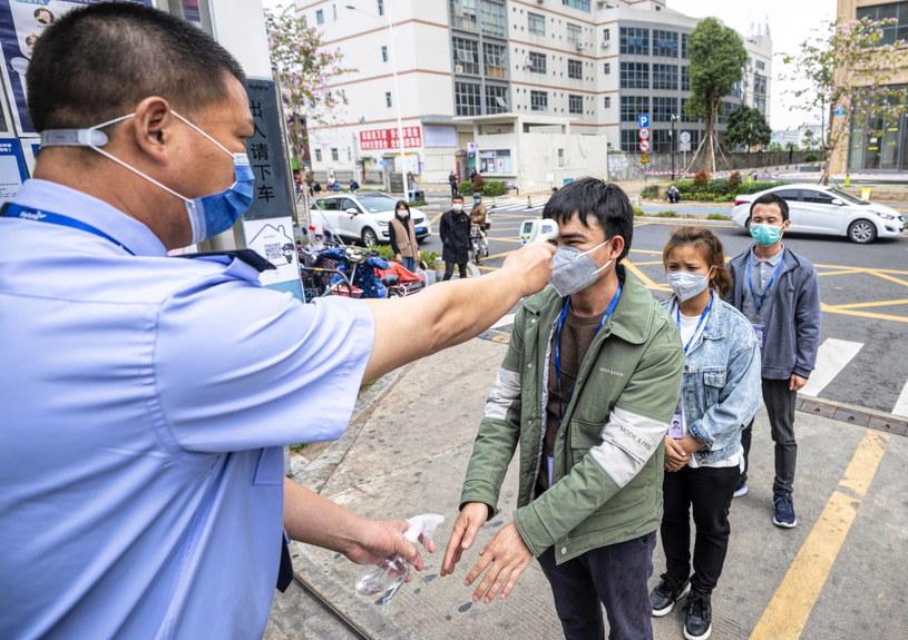 Całkowita liczba zakażonych koronawirusem w Chinach kontynentalnych wynosi obecnie 80 552 /ALEX PLAVEVSKI /PAP/EPA