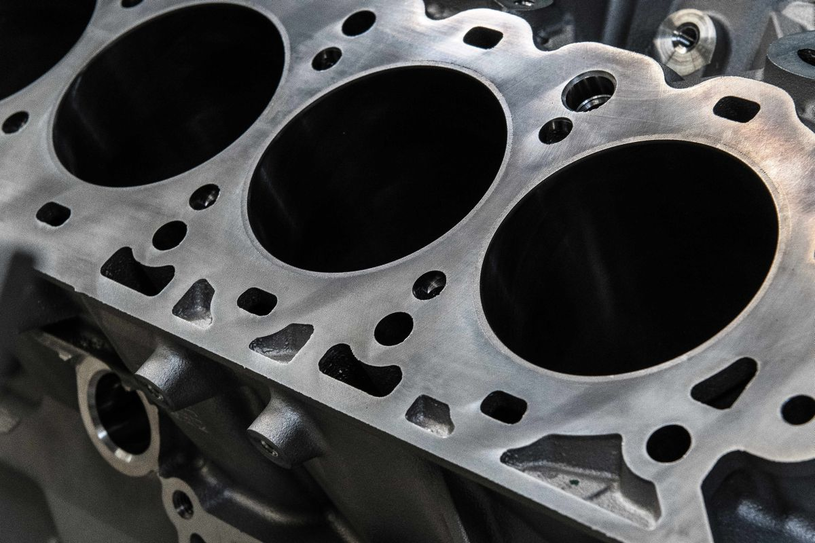 Całkowite rozebranie silnika oznacza wysokie koszty naprawy /