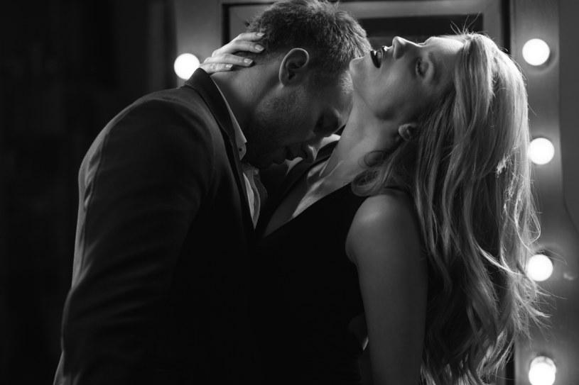 Całowanie w szyję, dawanie pewności, rozbieranie - oto pierwsza trójka /123RF/PICSEL