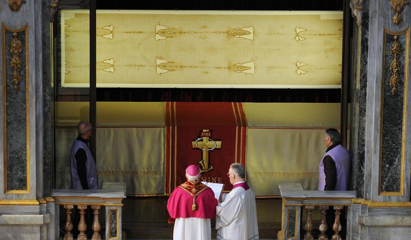 Całun Turyński w katedrze w Turynie /AFP