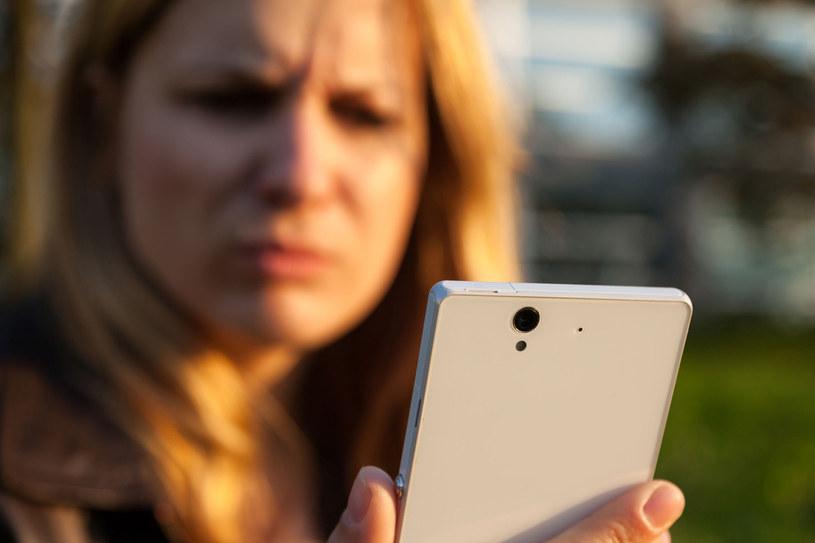 Cały dzień z nosem w telefonie? Zmień to! /123RF/PICSEL