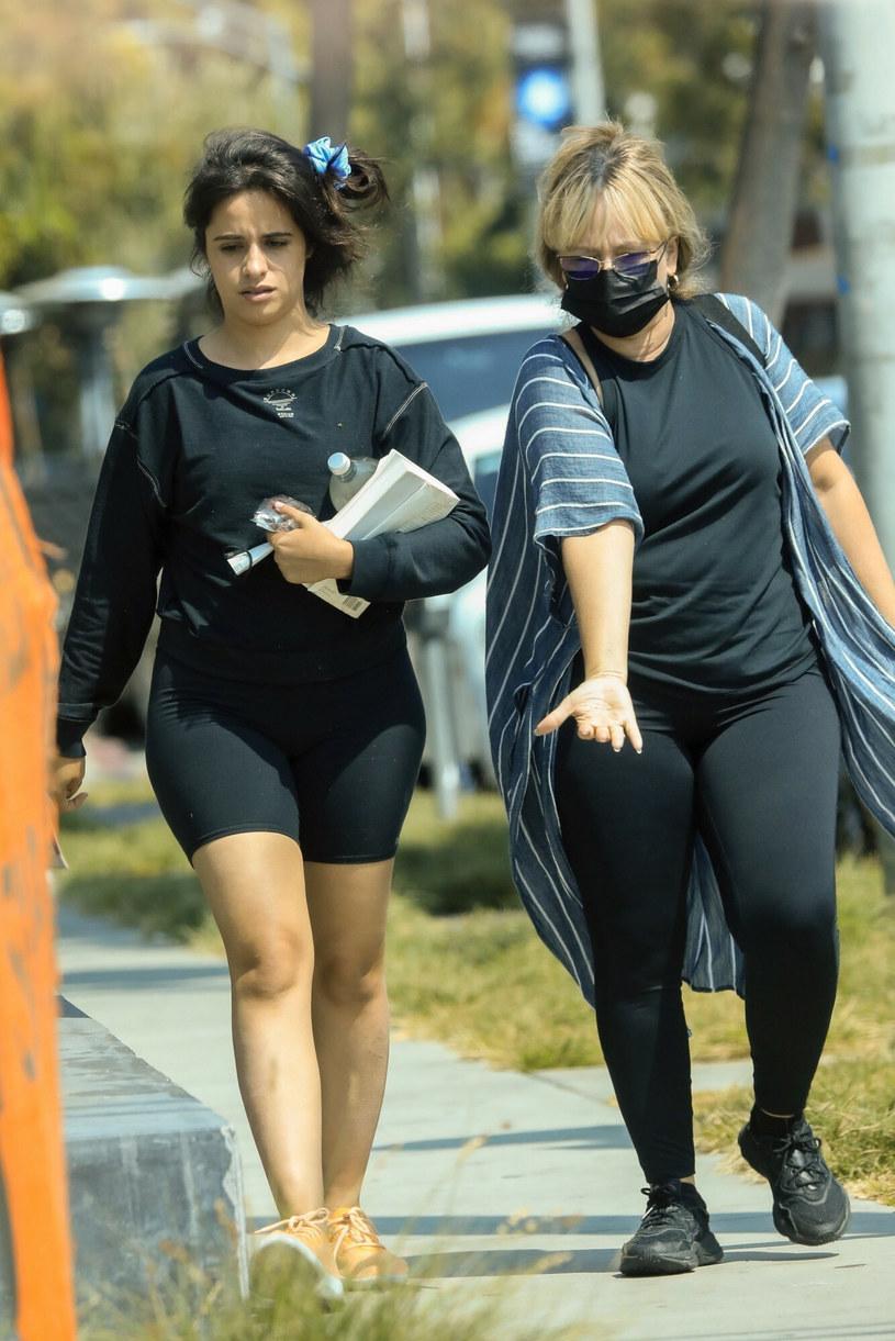 Camila Cabello z matką na spacerze /BACKGRID /East News