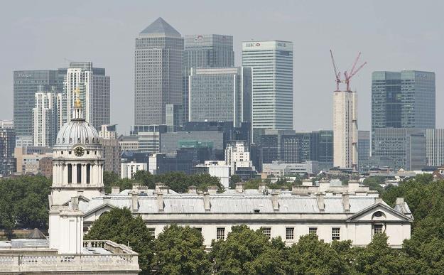 Canary Wharf w tle Londyn /AFP