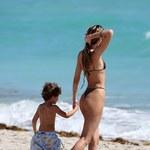 Candice Swanepoel wygrzewa się na plaży