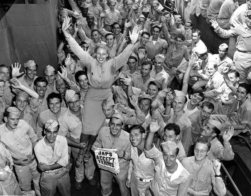 Candy Jones w 1945 r. podczas wizyty u stacjonujących na Pacyfiku amerykańskich żołnierzy /East News