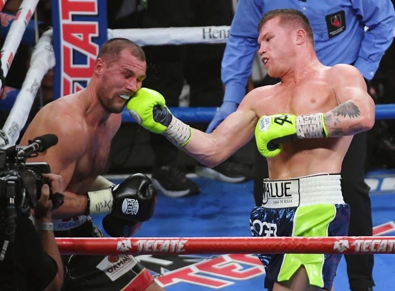Canelo Alvarez (z prawej) znokautował Siergieja Kowaliowa /AFP