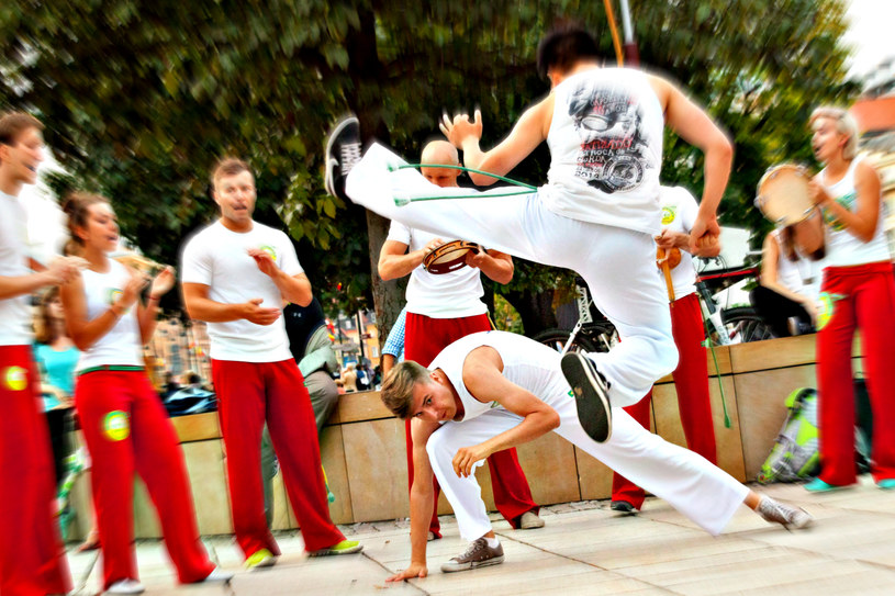 Capoeira to nie tylko połączenie tańca i sztuki walki. To także efektywny trening dla wszystkich partii ciała /123RF/PICSEL