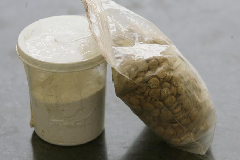 Captagon początkowo wpływa na użytkownika tak samo, jak każda inna pochodna amfetaminy, na przykład ecstasy – mózg pracuje na najwyższych obrotach i uwalnia więcej substancji przekaźnikowych /AFP