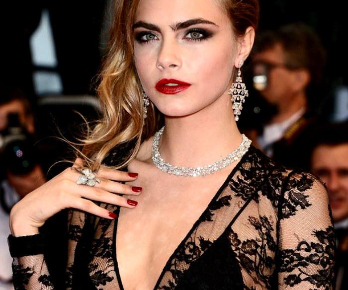 b35c5f8a8d74b6 Cara Delevingne prezentuje w Cannes biżuterię, która dzień później była już  w rękach Różowych Panter