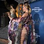 Cara Delevingne we wzorzystej prześwitującej sukience na premierze!
