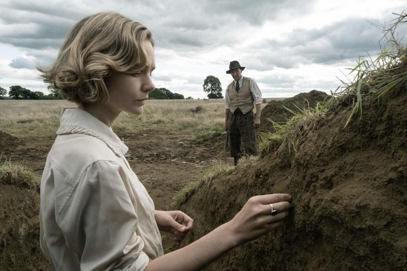 """Carey Mulligan i Ralph Fiennes w filmie """"Wykopaliska"""" /Netflix /materiały prasowe"""