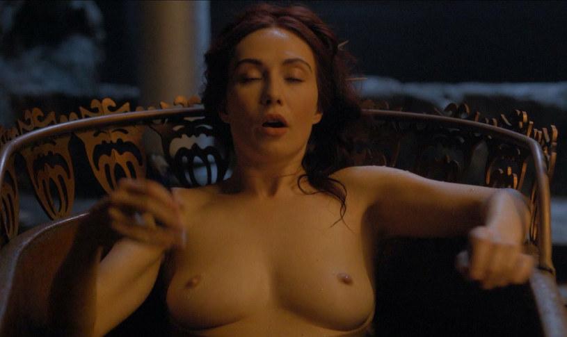 """Carice van Houten jako Melisandre w scenie z """"Gry o tron"""" /materiały prasowe"""
