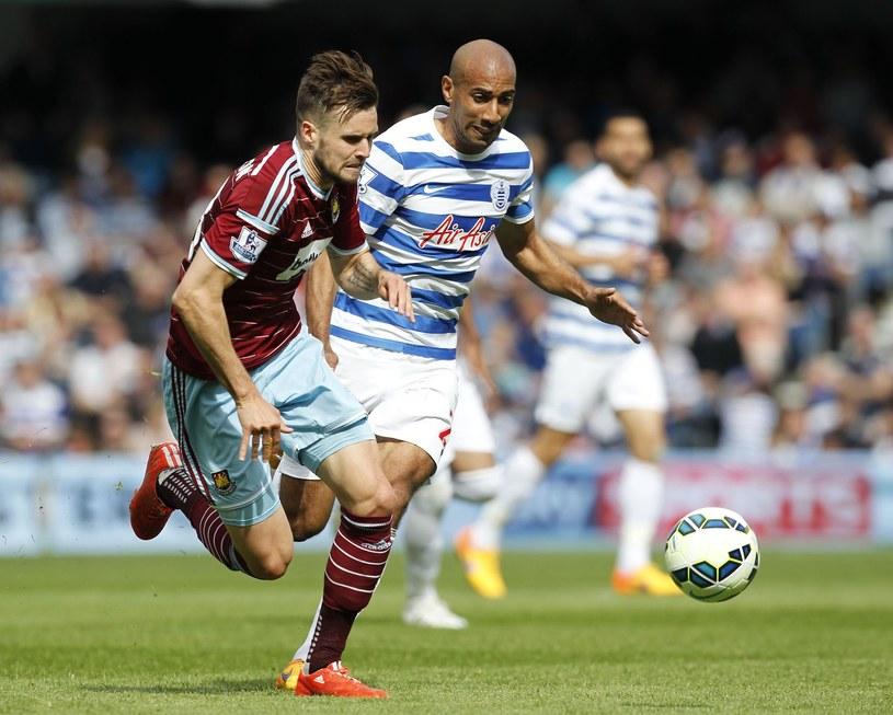 Carl Jenkinson (z lewej) w koszulce West Ham United /AFP