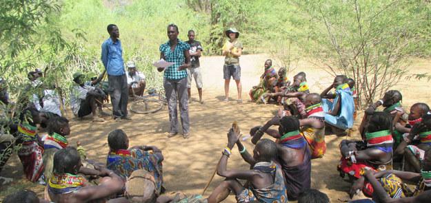 Carla Handley podczas spotkania w społeczności Turkana /Carla Handley /Materiały prasowe