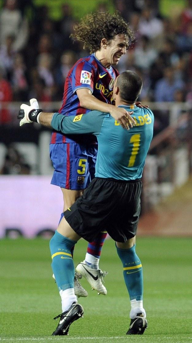 Carles Puyol i Victor Valdes cieszą się z kolejnego sukcesu /AFP