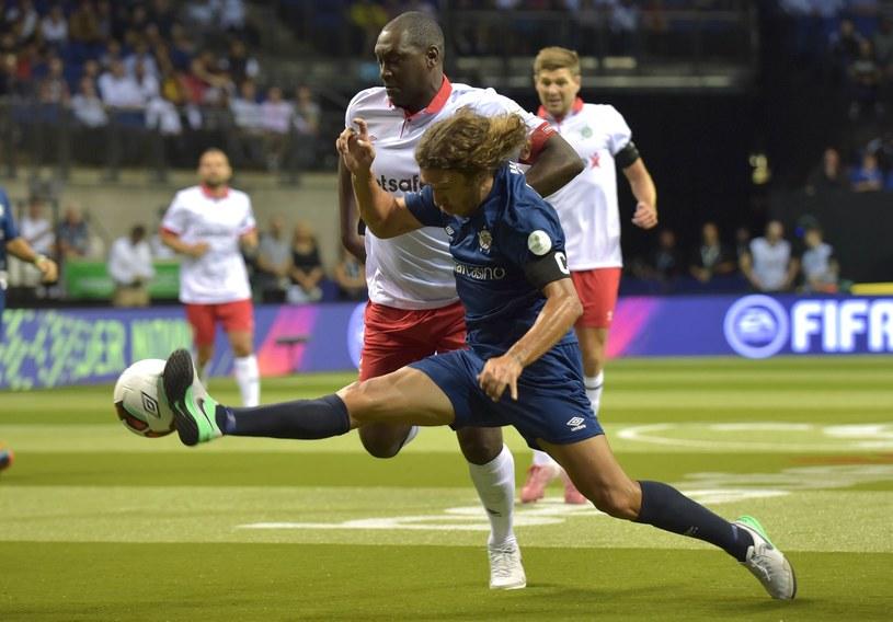 """Carles Puyol (na pierwszym planie) podczas turnieju """"szóstek"""" /Olly Greenwood /AFP"""