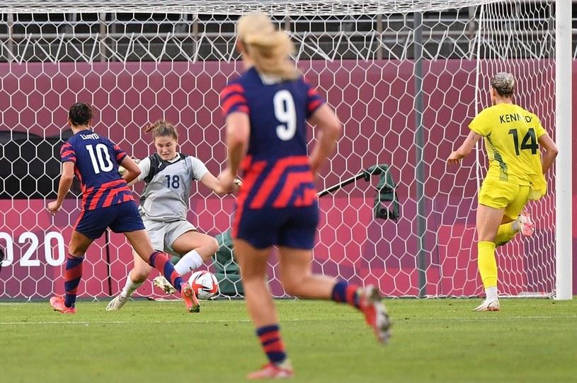 Carli Lloyd strzela jedną z bramek w meczu z Australią /AFP
