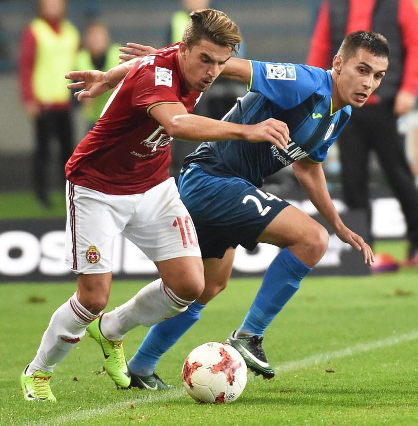 Carlitos (L) ucierpiał w meczu z Piastem Gliwice /Jacek Bednarczyk /PAP