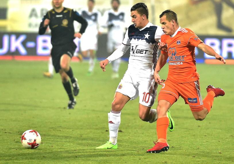 Carlitos (L) w meczu z Bruk-Betem Termalicą Nieciecza (3-3) /Jacek Bednarczyk /PAP