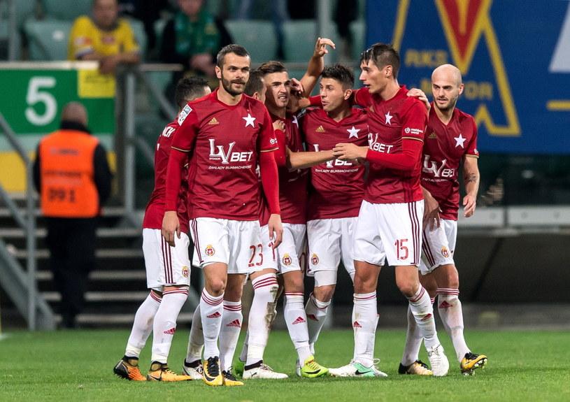 Carlitos (w środku, z ręką do góry) cieszy się z gola z drużyną /Maciej Kulczyński /PAP