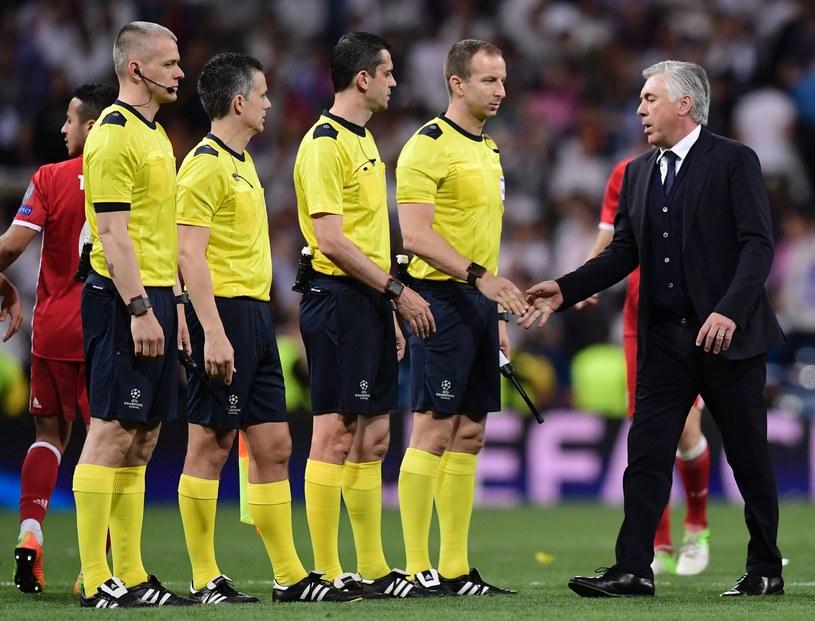 Carlo Ancelotti żegna się z sędziami po meczu /AFP