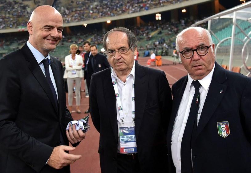 Carlo Tavecchio (z prawej) w towarzystwie szefa FIFA Gianniego Infantino i prezydenta francuskiej federacji Noela Le Graeta /AFP