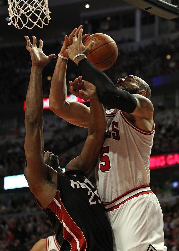 Carlos Boozer (z prawej) wraca do zdrowia i do drużyny Chicago Bulls /AFP