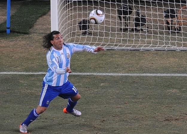 Carlos Tevez strzelił Meksykowi gola ze spalonego /AFP