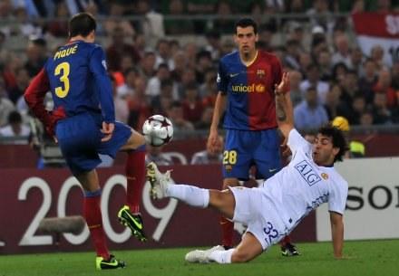 Carlos Tevez (w białym stroju) nie odwrócił losów starcia z Barcą w finale LM. /AFP