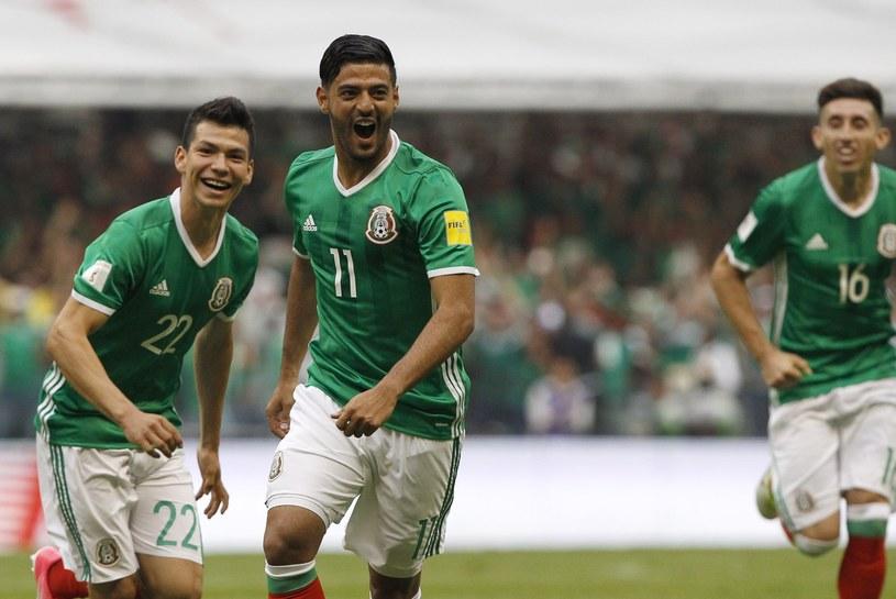Carlos Vela (w środku) strzelił gola w meczu z USA /PAP/EPA