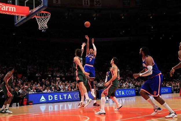 Carmelo Anthony (rzuca, tu w spotkaniu z Milwaukee Bucks) poprowadził Knicks do zwycięstwa z Orlando /AFP