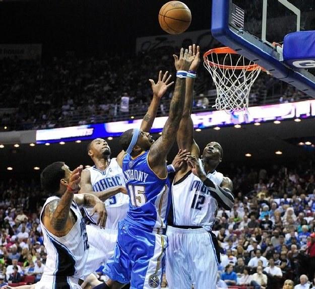 Carmelo Anthony z Denver Nuggets w pojedynku z Dwightem Howardem (Orlando). /AFP
