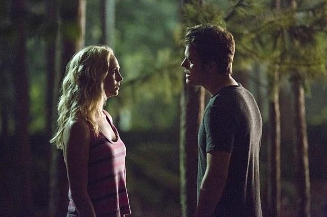 Caroline wyraźnie ukrywa, że czuje do Stefana coś więcej... /materiały prasowe