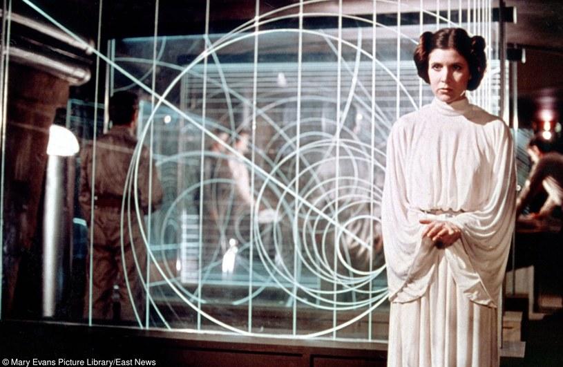 Carrie Fisher: Pod tą suknią aktorka nie ma biustonosza /Mary Evans Picture Library /East News